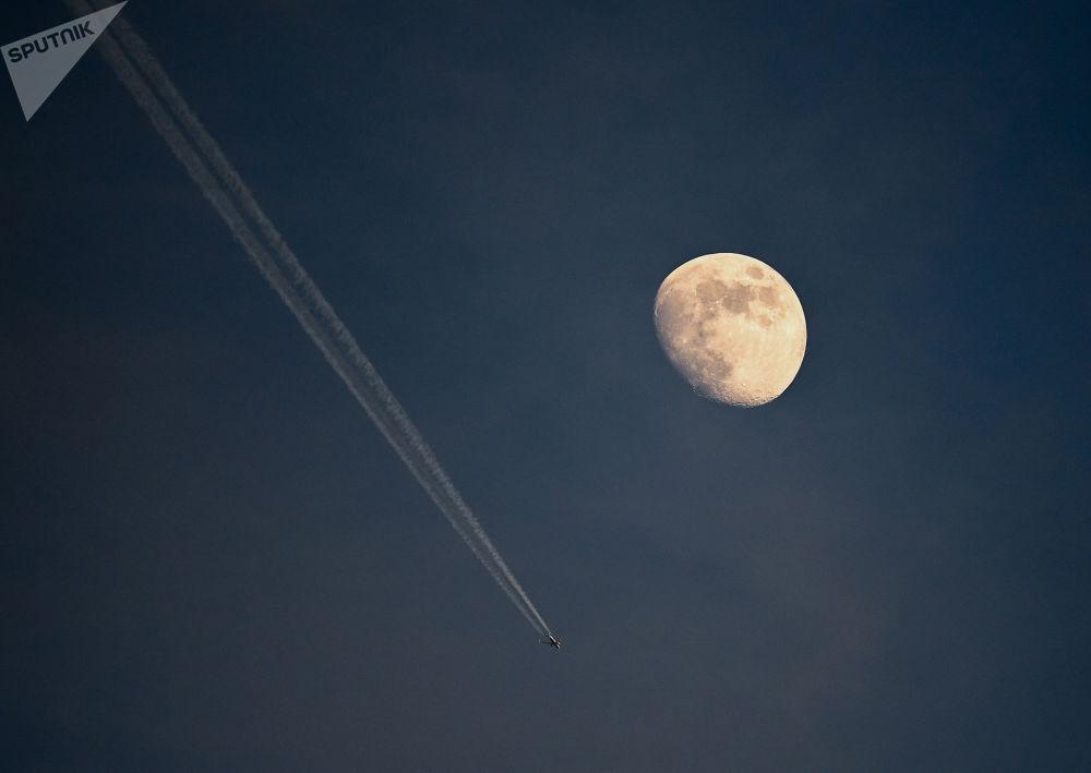 El rastro de condensación de un avión en el cielo de Budapest