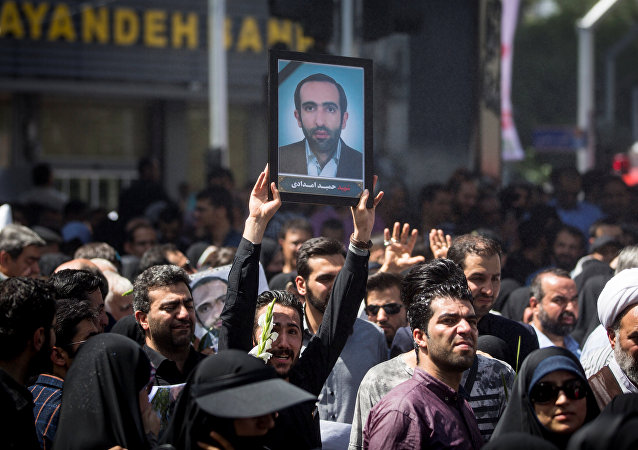 La gente asiste al funeral de las víctimas que murieron en el ataque del 7 de junio en el parlamento iraní y en el mausoleo del ayatolá Jomeini, en Teherán