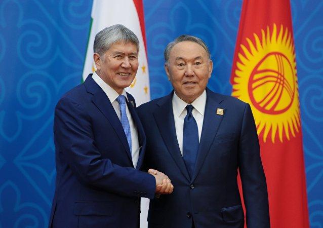 El presidente de Kirguistán, Almazbek Atambáev, y el presidente de Kazajistán, Nursultán Nazarbaev