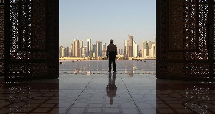 Un hombre en una mezquita en Doha, Catar (imagen referencial)