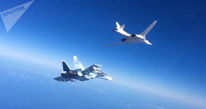 Aviones rusos Su-30SM y Tu-160 (Archivo)