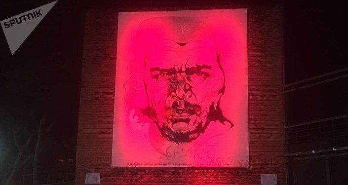Mural iluminado en homenaje al revolucionario Che Guevara, en Rosario, Argentina.