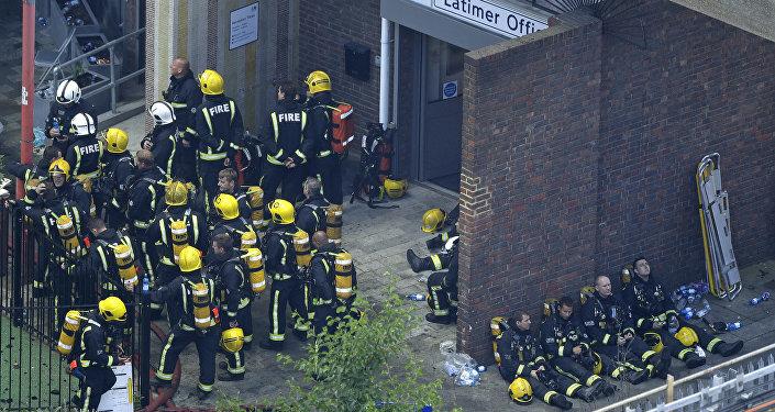 Bomberos durante un descanso en Londres tras luchar contra el incendio de las viviendas Grenfell Tower