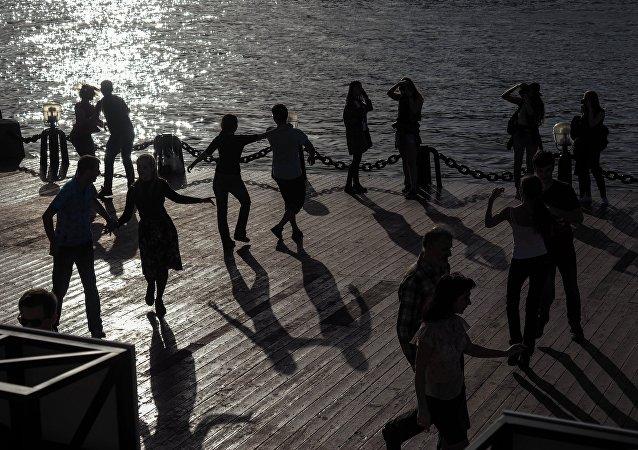 La gente baila en el Parque Gorki en Moscú