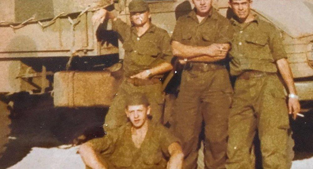 El soldado Germán Feldman (abajo) con compañeros de su tropa en la guerra de Malvinas