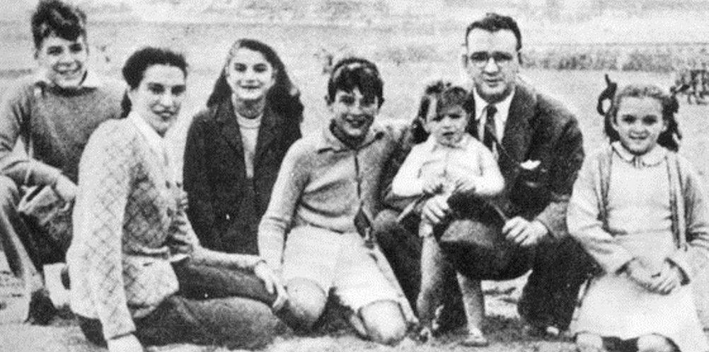 Familia de los Guevara de vacaciones en la ciudad balnearia de Mar del Plata, hacia 1943.