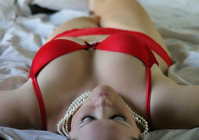 Mujer en rojo imagen referencial