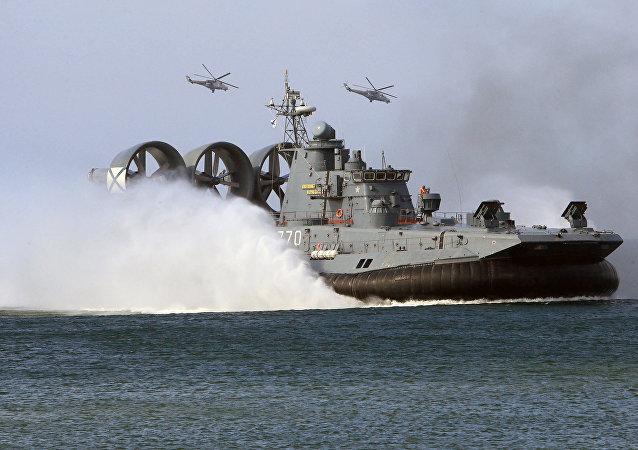 El buque de desembarco aerodeslizador clase Zubr durante las maniobras de la Armada rusa (archivo)