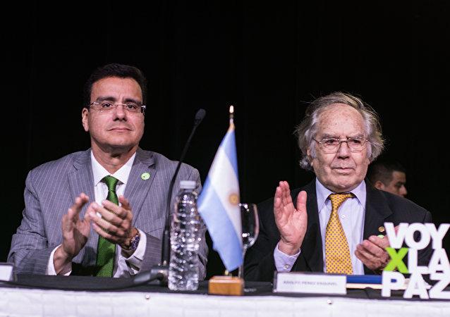 Ramsés Vargas Lamadrid, rector de la UAC, con el activista argentino premio Nobel de la Paz, Adolfo Pérez Esquivel
