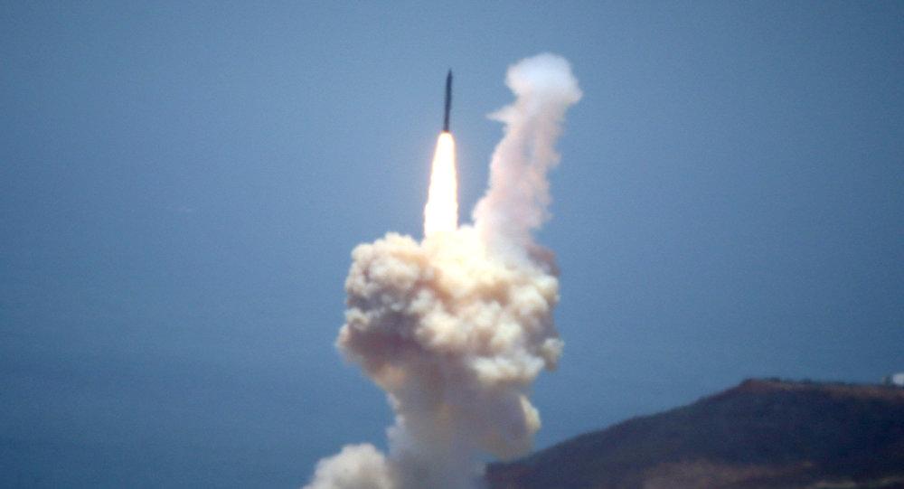 Elemento del sistema de defensa contra misiles balísticos de Estados Unidos se lanza durante una prueba en la Base Aérea de Vandenberg