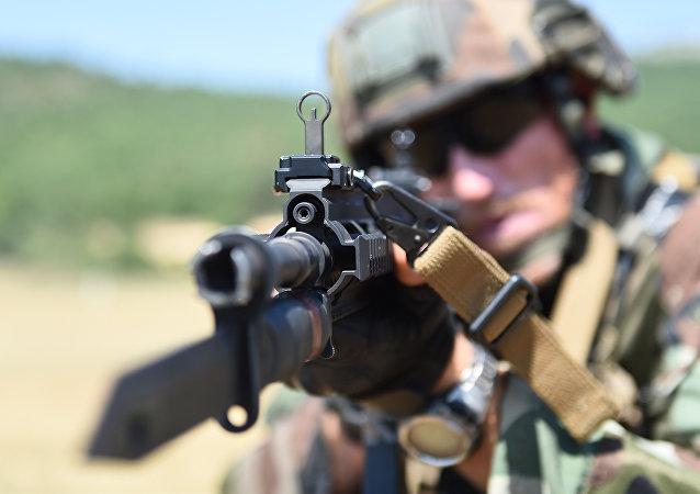 Un soldado francés con un rifle alemán