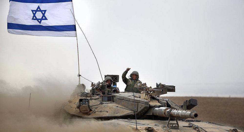 Soldados israelíes a bordo del tanque Merkava