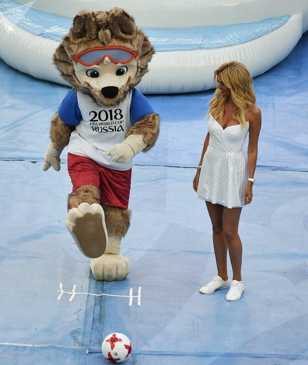 La mascota de la Copa del Mundo de fútbol, el lobo Zabivaka, y la modelo rusa Victoria Lopireva en la apertura de la Copa Confederaciones