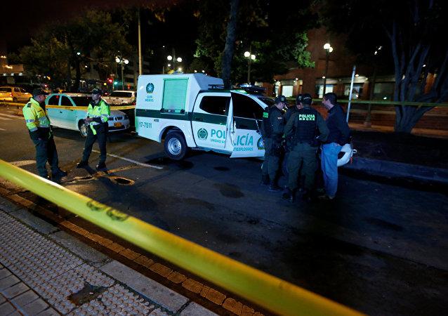 Policía enfrente del centro comercial de Bogotá, donde se produjo una explosión