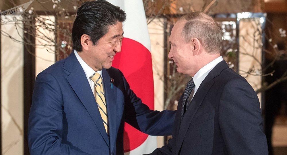El presidente de Rusia, Vladímir Putin y el primer ministro de Japón, Shinzo Abe (archivo)