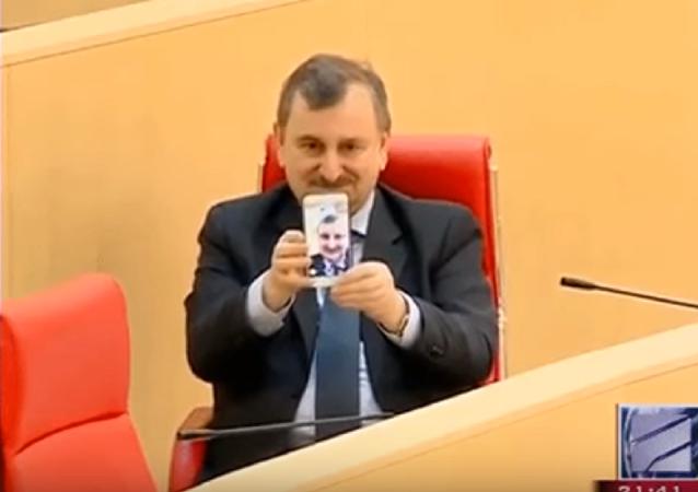 'Rey del selfi': un diputado se toma la peor autofoto de la historia