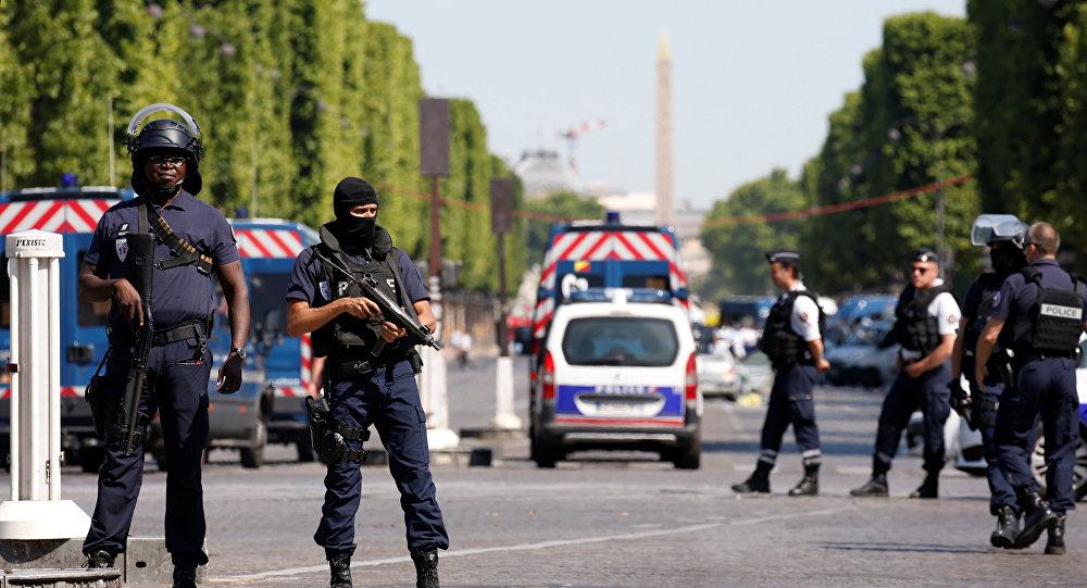 Policía francesa acordonando la zona del incidente en París