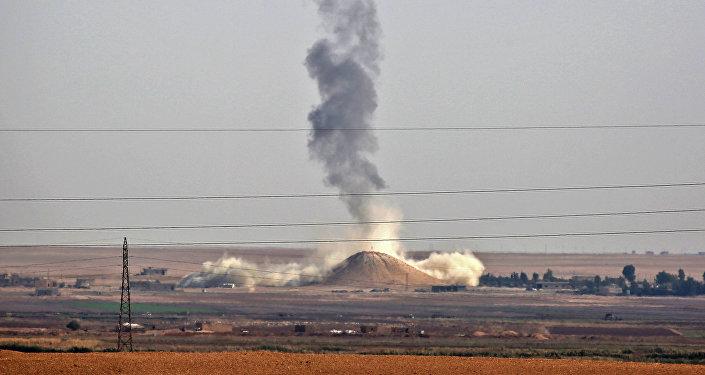 Humo se levanta cerca de la aldea siria de Al Hisha, a unos 40 km de Al Raqa, tras un ataque aéreo de la coalición liderada por Estados Unidos