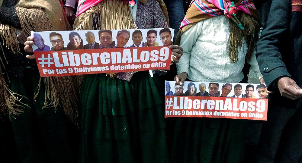 Carteles con el hashtag en apoyo de los 9 bolivianos detenidos en Chile
