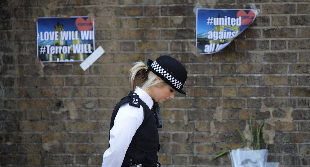 Una policía británica tras el atentado en la mezquita en Londres