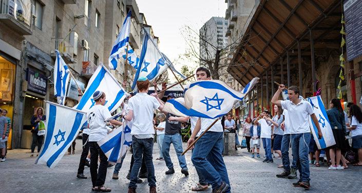 Los niños israelíes con las banderas del país