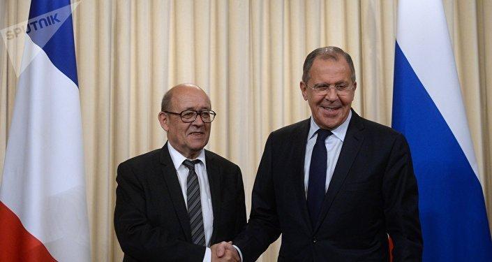 El ministro de Asuntos Exteriores de Francia, Jean-Yves Le Drian, y el ministro de Asuntos Exteriores de Rusia, Serguéi Lavrov