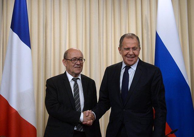 El ministro de Asuntos Exteriores de Francia, Jean-Yves Le Drian, y el ministro de Asuntos Exteriores de Rusia, Serguéi Lavrov (archivo)