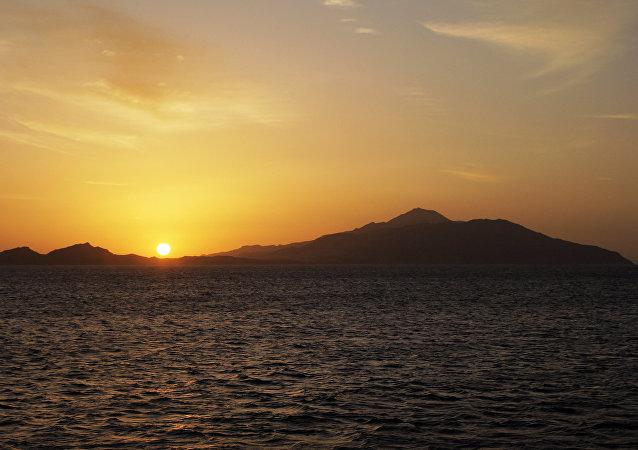 La salida del sol en la isla de Tirán