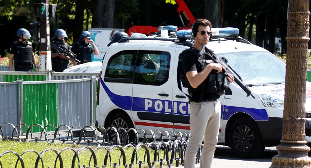 Policía de París en los Campos Elíseos