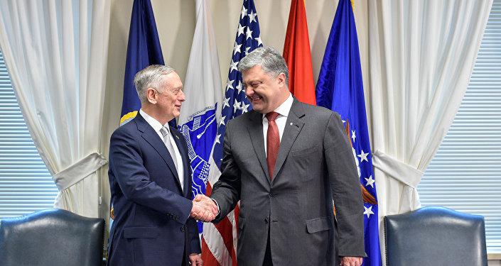 Secretario de Defensa de EEUU, James Mattis, y presidente de Ucrania, Petró Poroshenko