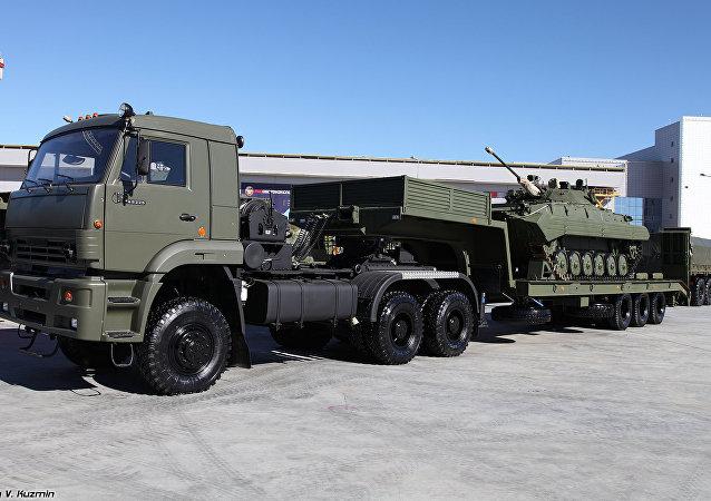 Un Kamaz-65225 remolcando un BMP-2