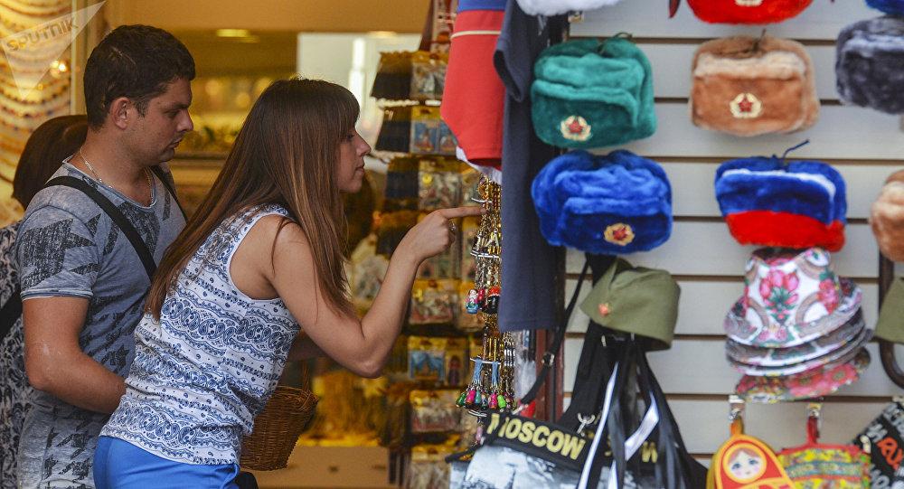 Turistas comprando souvenirs en Moscú, Rusia (archivo)