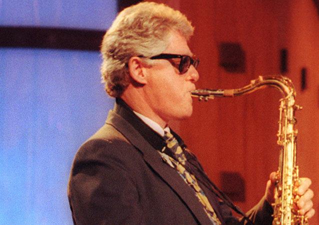 Bill Clinton toca el saxofón, en 1992