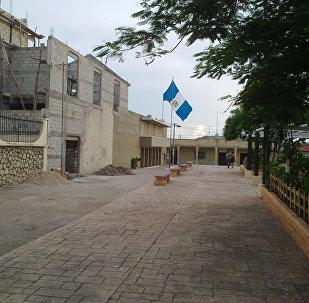 Una calle con la bandera de Guatemala