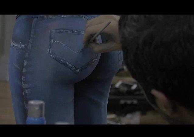 Una modelo pasea 'sin ropa' por Montevideo y mira lo que pasa
