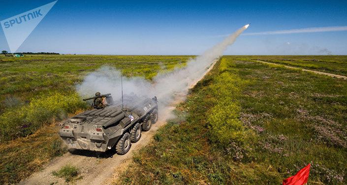 Un militar ruso dispara un misil antiaéreo Iglá (archivo)
