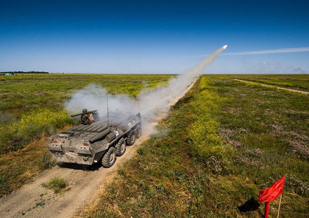 Un militar ruso dispara un misil antiaéreo Iglá durante el concurso 'Cielo despejado' en el sur de Rusia