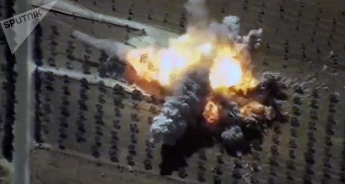 Un impacto del misil de crucero ruso Kalibr contra un almacén de los terroristas en Siria el 22 de junio de 2017 (captura de pantalla)