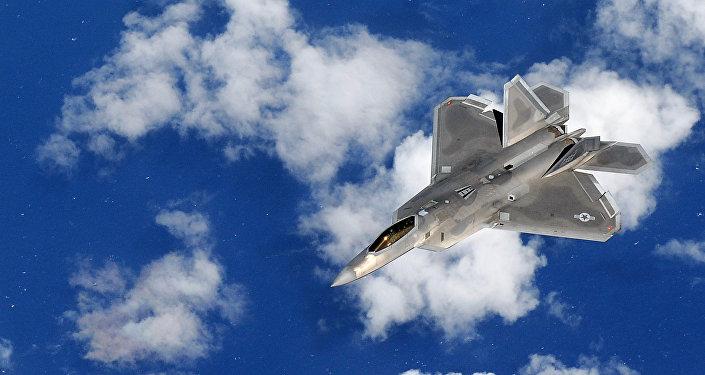 Un caza F-22 Raptor volando sobre el Océano Pacífico