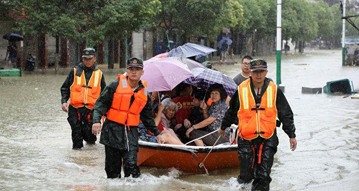Rescatadores chinos tras las fuertes lluvias