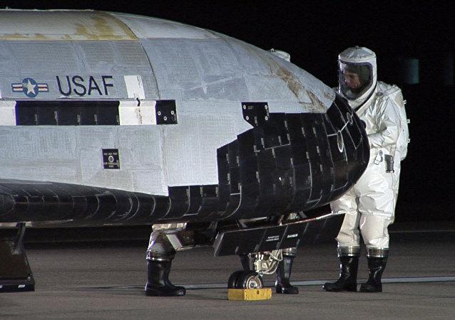El Boeing X-37B, parte el arsenal militar de Estados Unidos en el espacio (archivo)