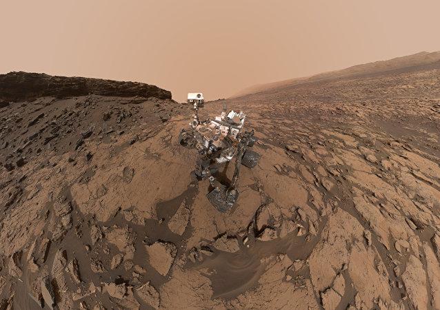 El rover Curiosity en la superficie de Marte (archivo)