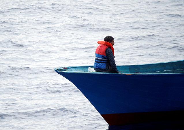 Un migrante en el barco en el Mediterráneo