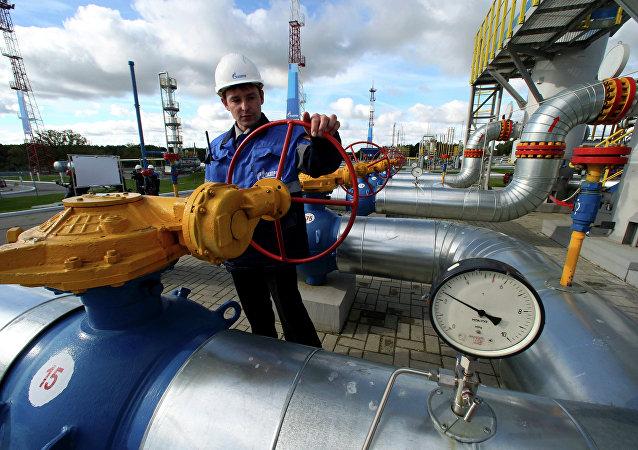 Un empeado de Gazprom maneja una válvula en un almacén subterráneo de gas (Archivo)
