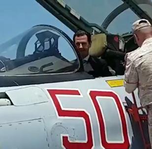Bashar Asad visita la base rusa en Siria