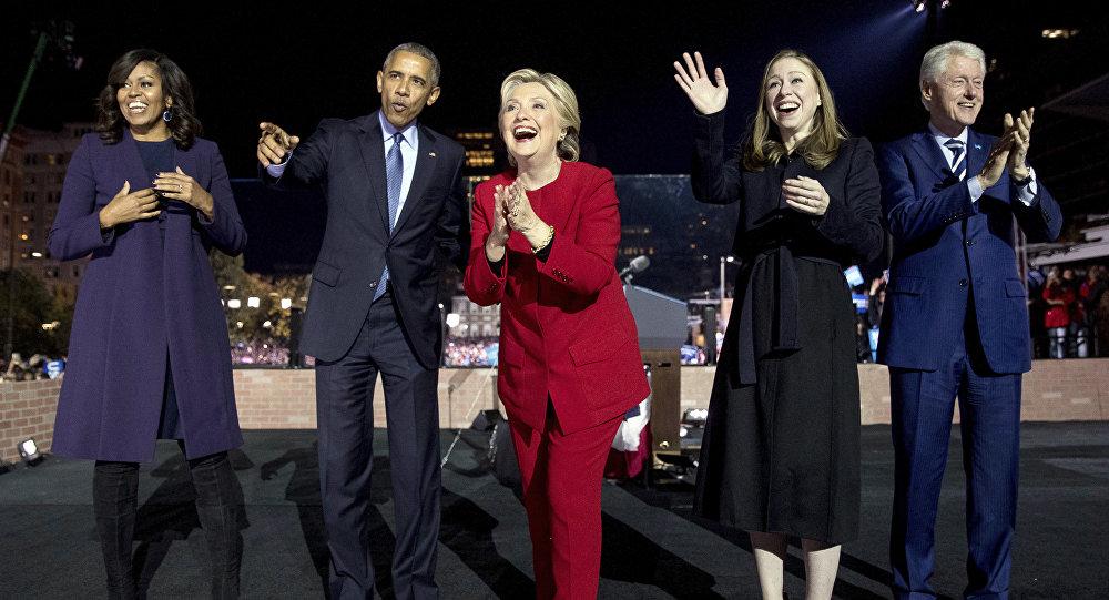 Excandidata a la presidencia de EEUU, Hillary Clinton (en el centro) rodeada de los expresidentes demócratas Barack Obama (a la izquierda) y Bill Clinton (a la derecha)