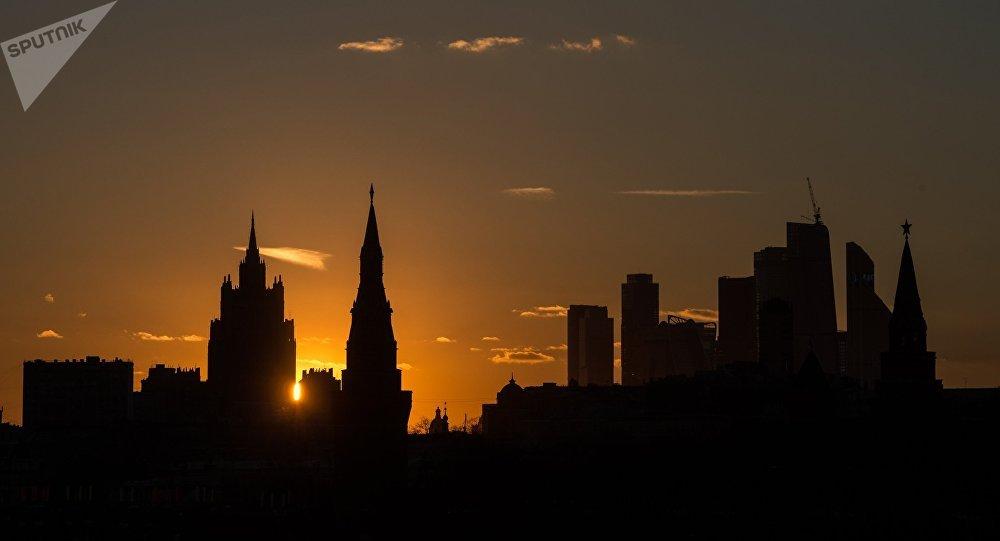 La vista al edificio del Ministerio de Exterior de Rusia y el Kremlin
