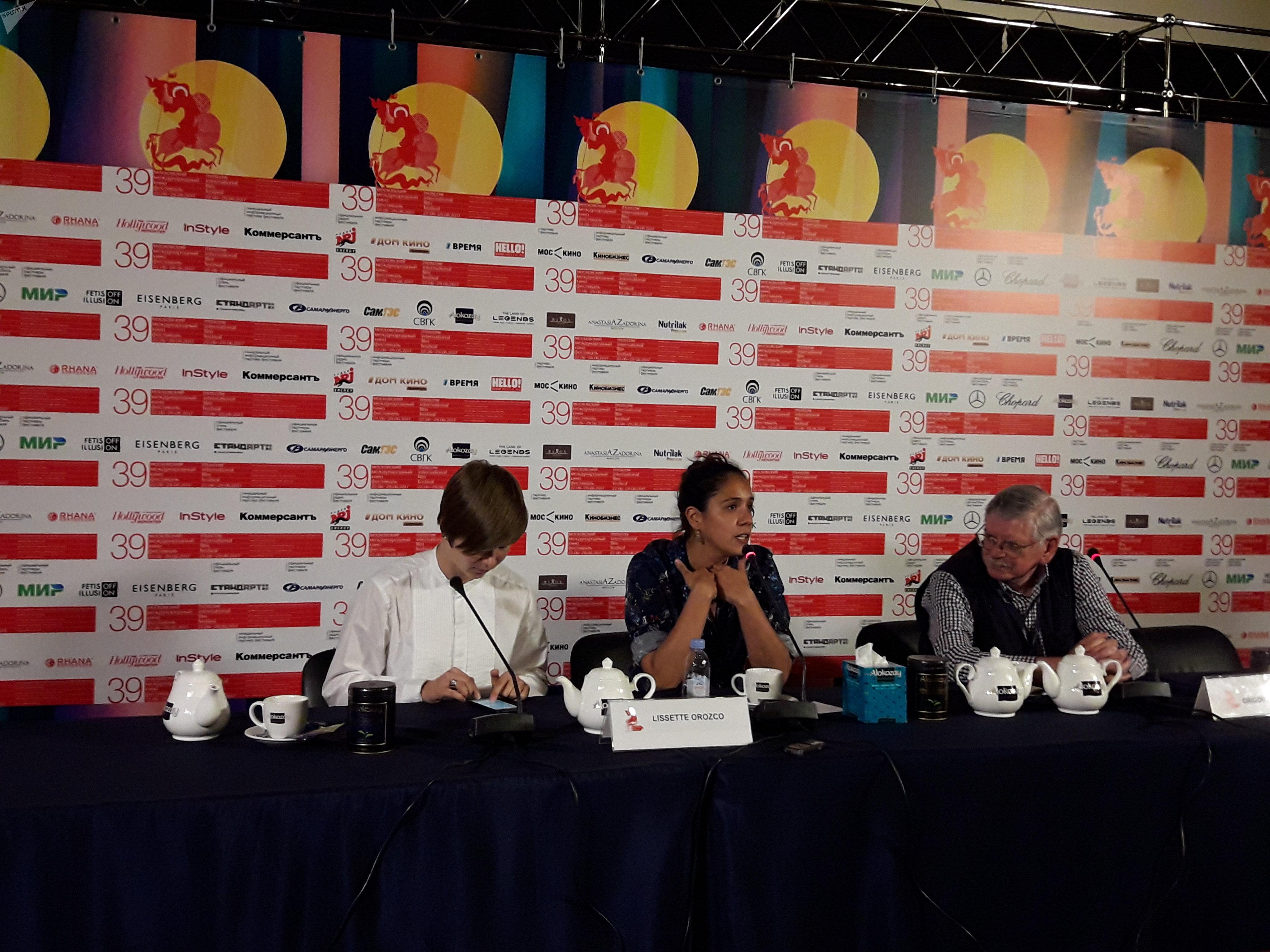 La directora chilena Lissette Orozco ofrece una rueda de prensa en Moscú