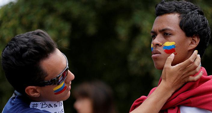 La gente pintando la bandera de Venezuela en las mejillas (archivo)