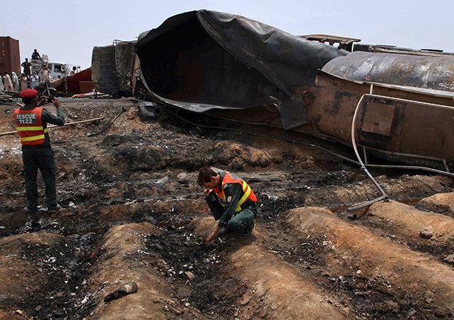 Lugar de explosión de un camión cisterna en Pakistán
